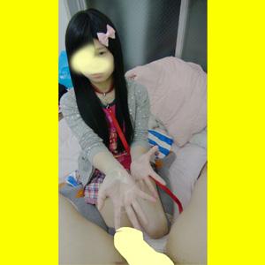 C1娘(嫁の連れ子)手コキ ガキっぽい服装 上目使いでシコる娘の顔出し動画