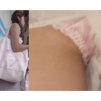 [★顔出し]パンチラ盗撮 カワイイ女子大生 ピンクの縞パンツに接近して激写